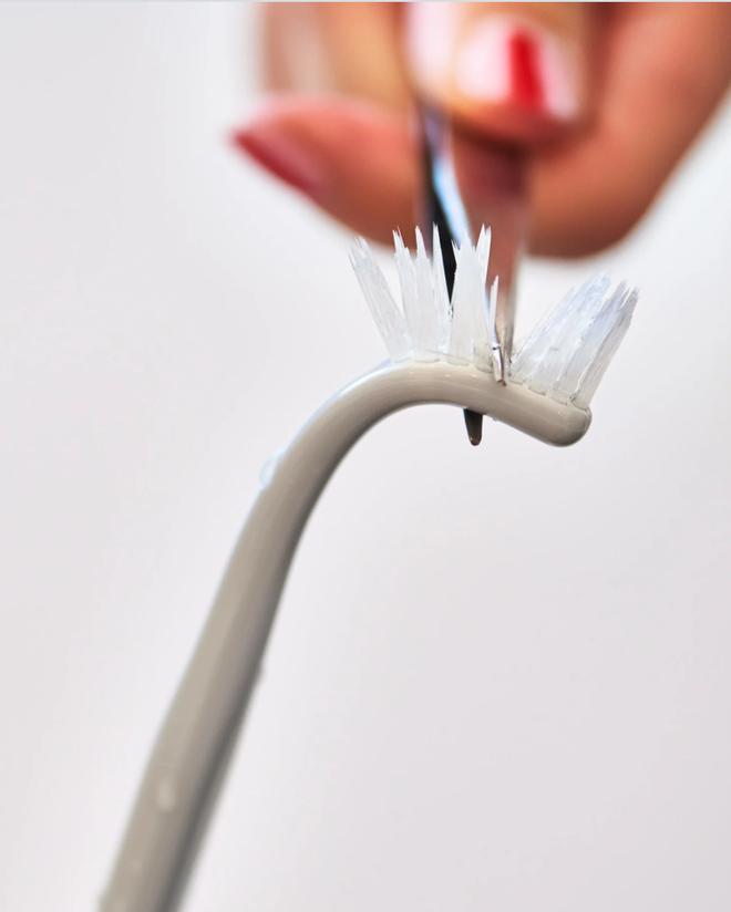 Chớ vội vứt đi chiếc bàn chải đánh răng đã cũ, để lại làm công cụ vệ sinh tuyệt vời chỉ với mẹo hữu ích này - Ảnh 4.