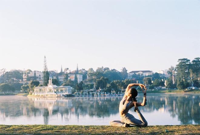 img8585 15851276088191248997885 - Bộ ảnh tập Yoga vòng quanh thế giới tuyệt đẹp, danh tính của nhân vật chính còn gây bất ngờ hơn