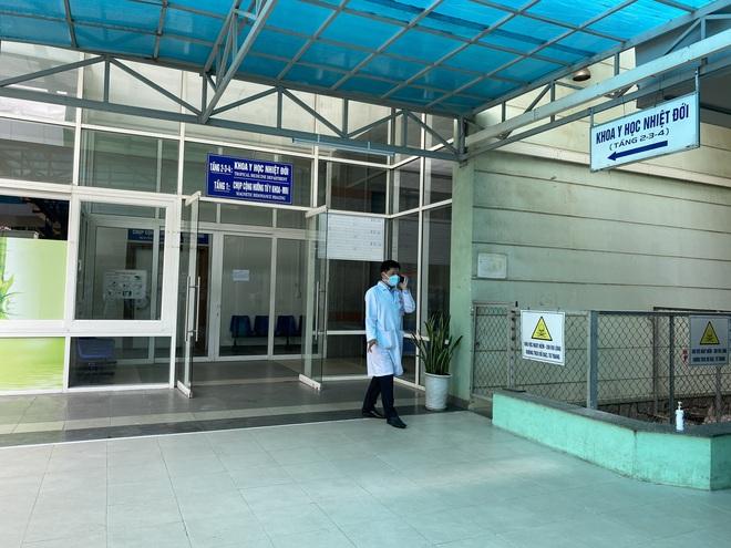 Giám đốc Sở Y tế bật khóc, bác sĩ điều trị hứa sẽ tiếp tục chiến đấu ngày 3 bệnh nhân Covid-19 ra viện - Ảnh 2.