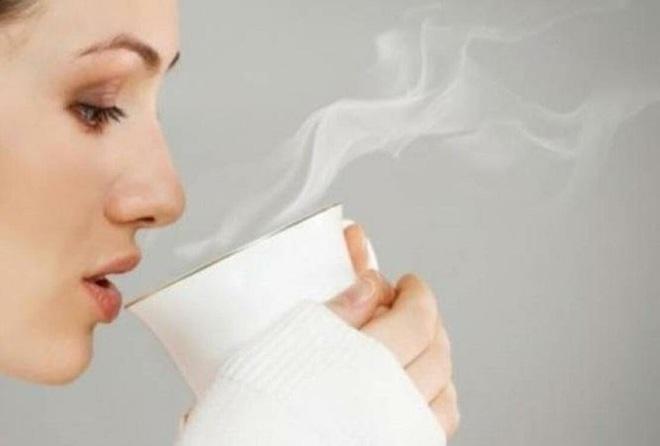 Điều xảy ra nếu bạn uống nước ấm mỗi sáng khi thức dậy? - Ảnh 1.